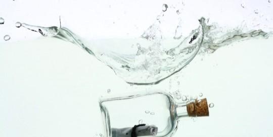 Flaschenpost unter Wasser