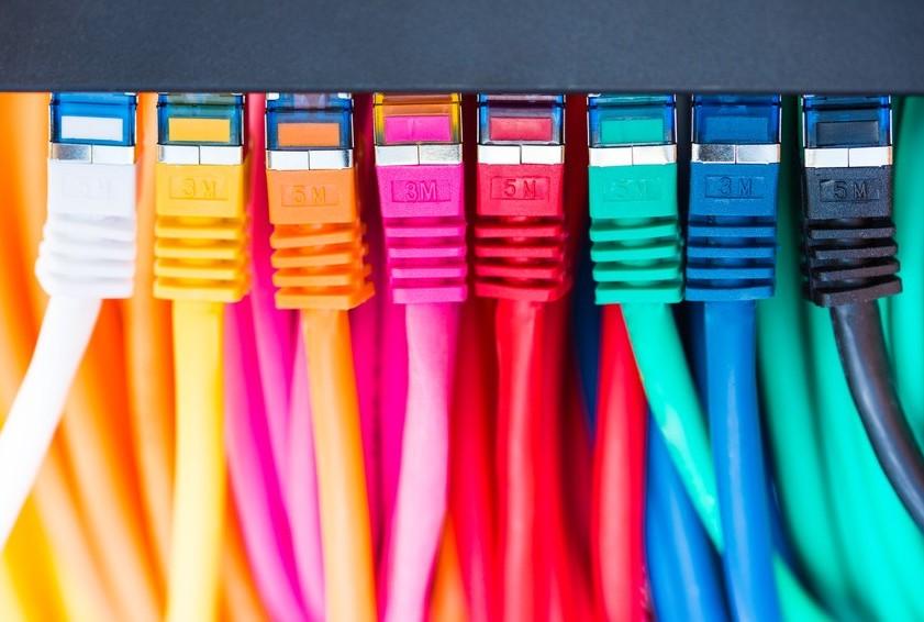 Bunte Netzwerkkabel am Switch